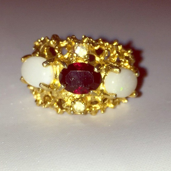 Beautiful 18k Ring with Blood Red Garnet & Opals